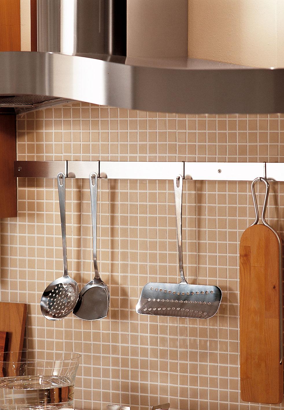 Современный дизайн кухонного гарнитура: рейка для кухонных принадлежностей