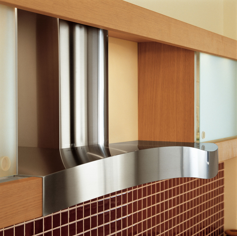 Современный дизайн кухонного гарнитура: вытяжка из нержавеющей стали