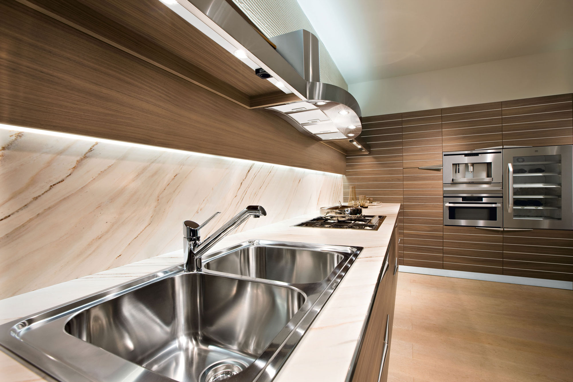 Современный дизайн кухонного гарнитура: удобная двойная раковина
