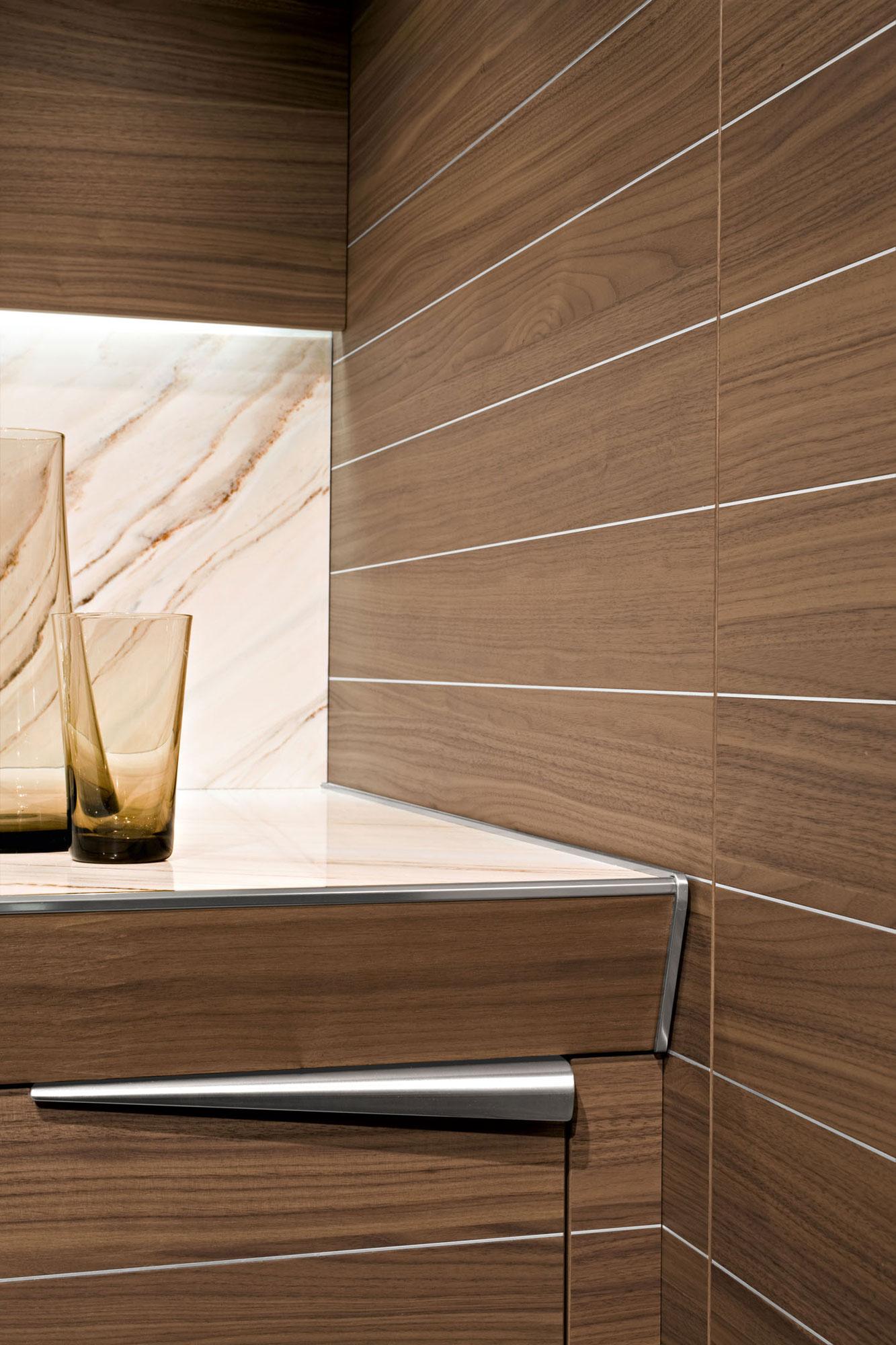 Современный дизайн кухонного гарнитура: мебель из тикового дерева