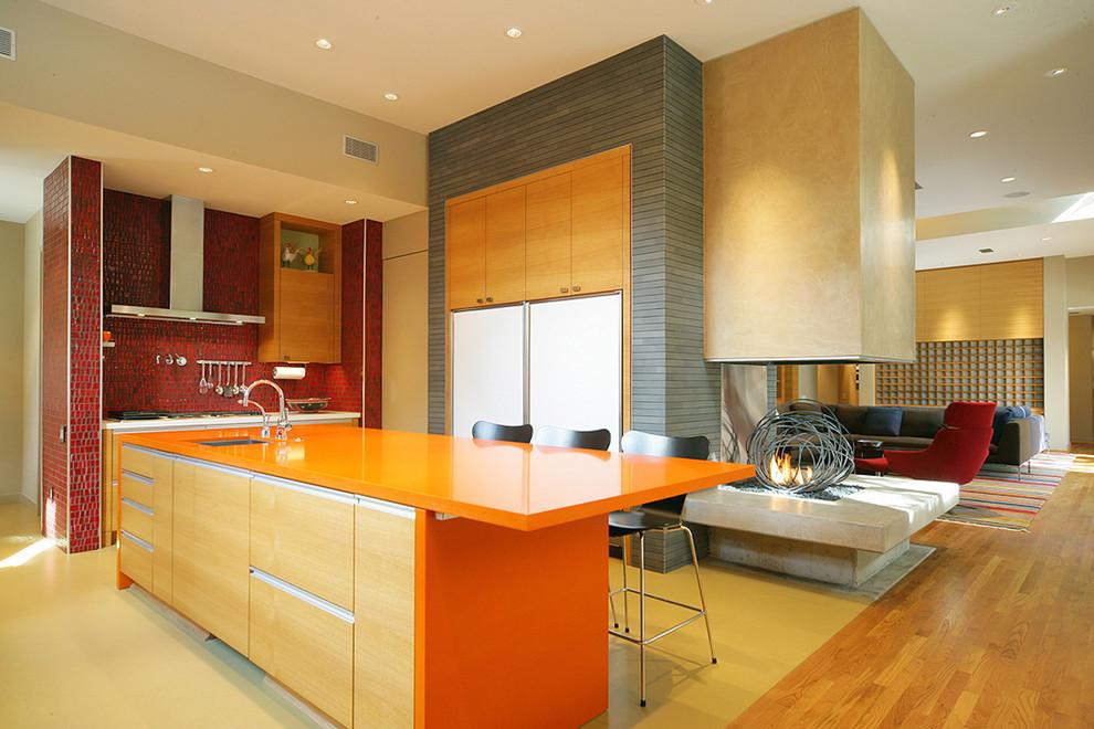 Яркий дизайн кухни с современным камином в интерьере