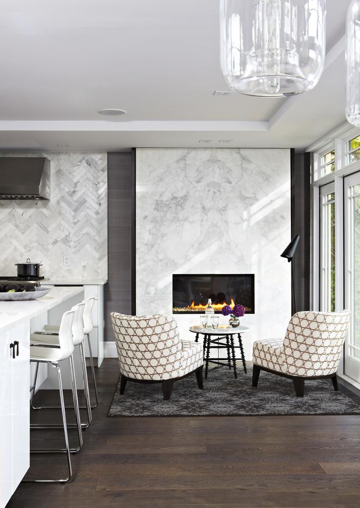 Мраморная отделка стены с камином в интерьере столовой