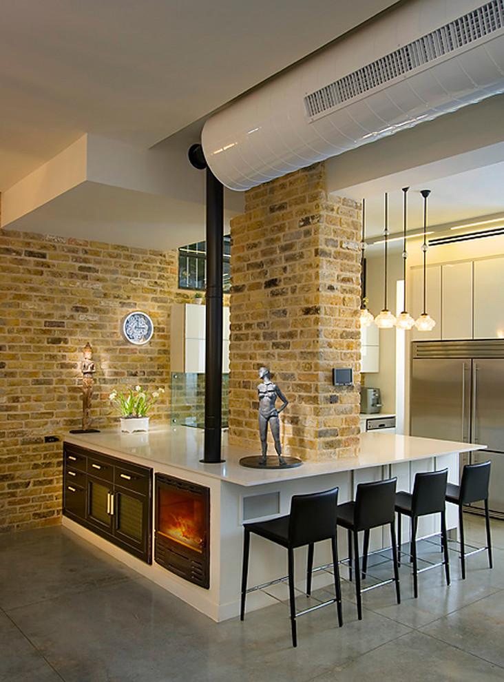 Белый кухонный гарнитур со встроенным камином в интерьере