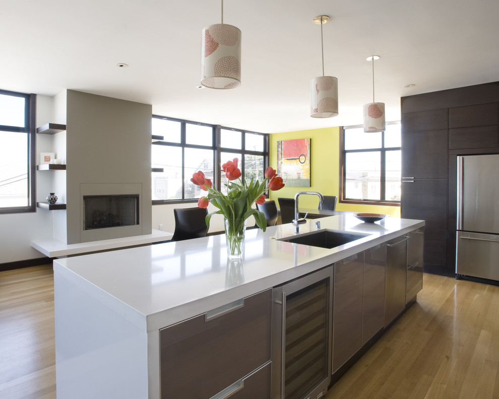 Современный интерьер кухни с камином в сером цвете