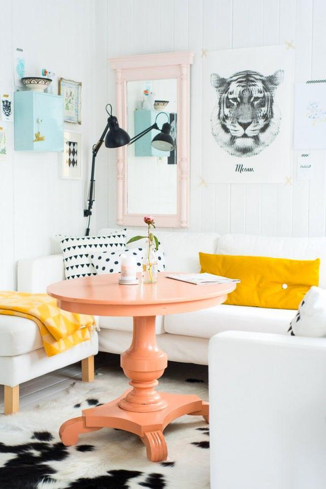 Уютный уголок для завтрака с диваном и круглым столиком