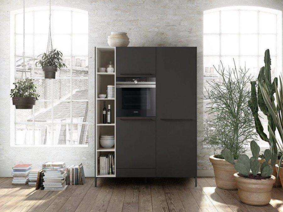 Современные дизайнерские кухни у вас дома - кухонный пенал с полками и духовым шкафом от SieMatic