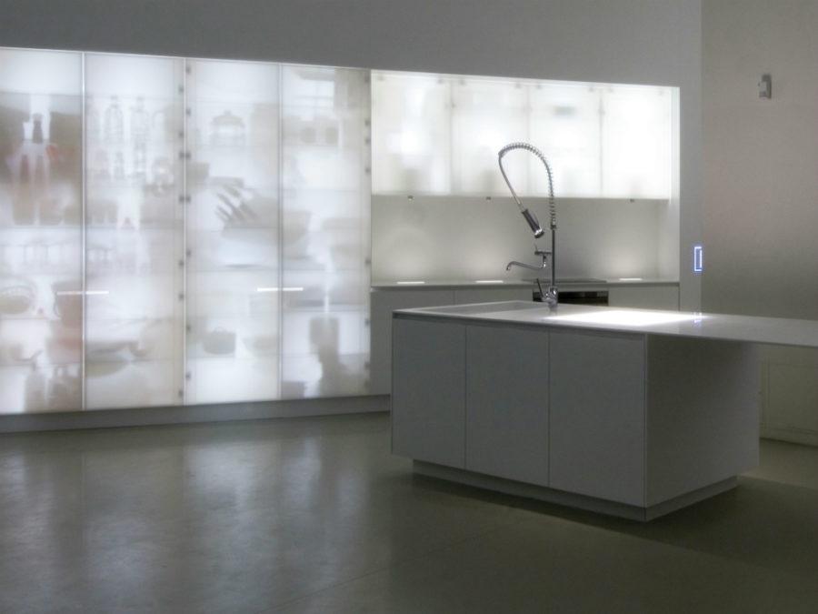 Современные дизайнерские кухни у вас дома - стеклянный пенал от Ernestomedea