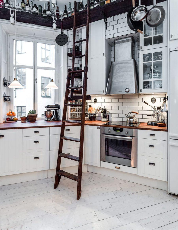 Современные тенденции в дизайне кухни в вашем доме - деревянная лестница на кухне