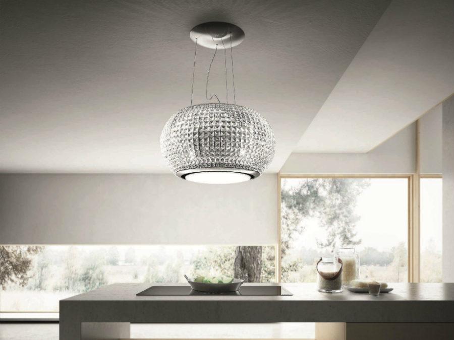 Современные тенденции в дизайне кухни в вашем доме - вытяжка в виде хрустальной люстры
