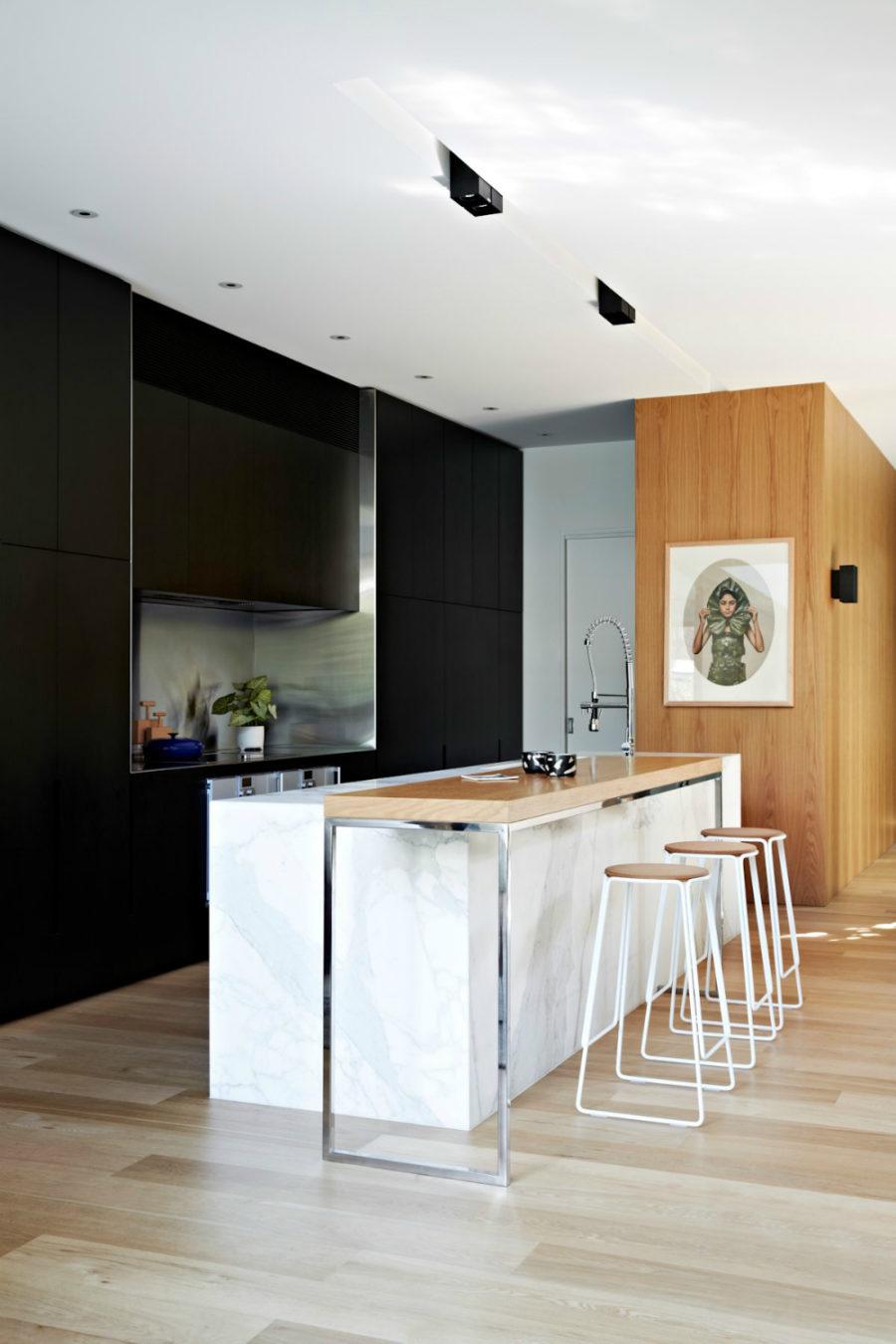 Современные тенденции в дизайне кухни в вашем доме - барные стулья бежевого цвета