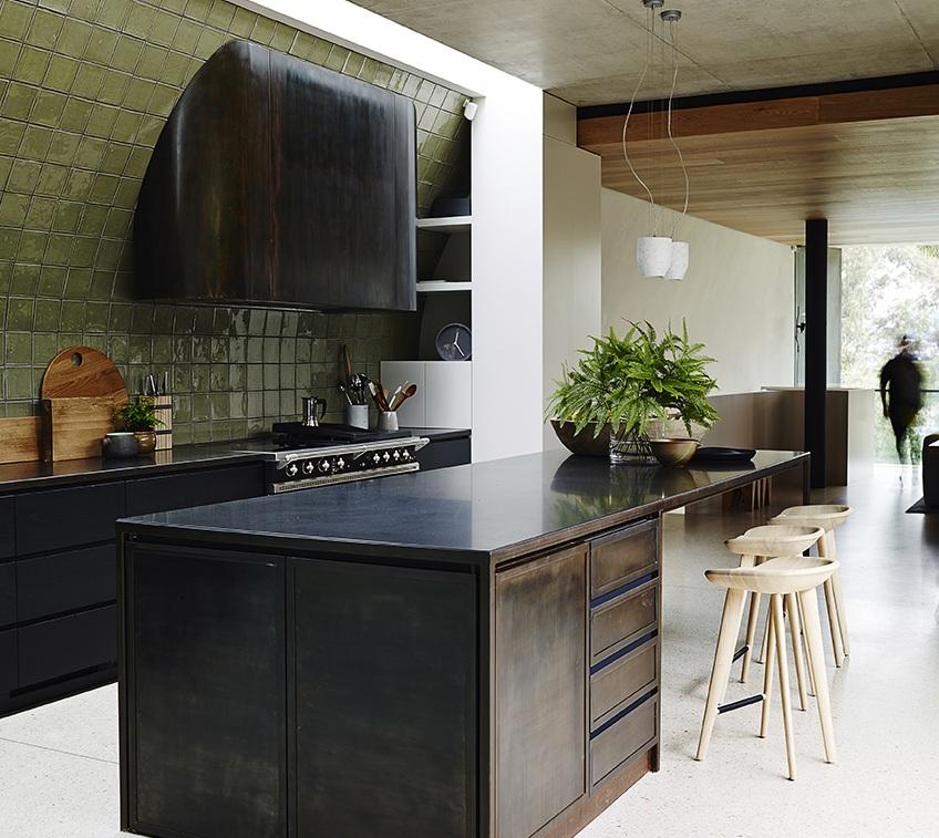 Современные тенденции в дизайне кухни в вашем доме - вытяжка тёмного цвета