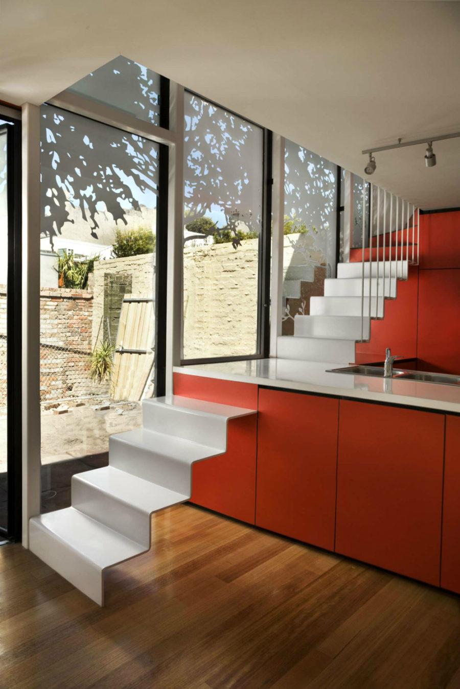 Современные тенденции в дизайне кухни в вашем доме - лестница проходит через кухонный остров
