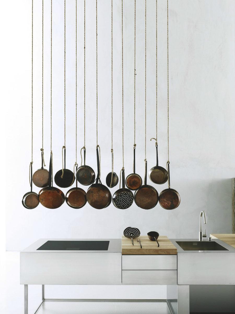 Современные тенденции в дизайне кухни в вашем доме - хранение сковородок