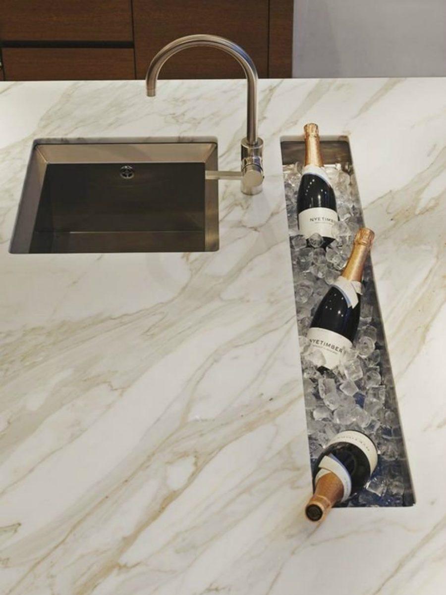Современные тенденции в дизайне кухни в вашем доме - выемка для льда и шампанского