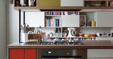 Навесные шкафы, подвешенные к потолку в интерьере маленькой кухни