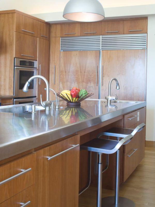 Оригинальный дизайн острова из нержавеющей стали в интерьере кухни