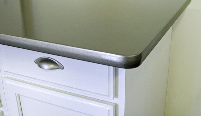 Деталь интерьера: столешница, окрашенная под нержавеющую сталь