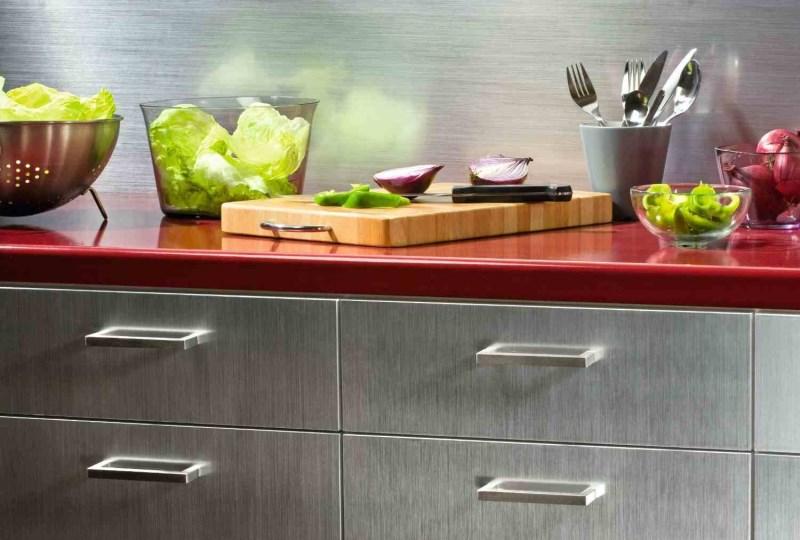 Кухонные шкафчики, окрашенные под нержавеющую сталь