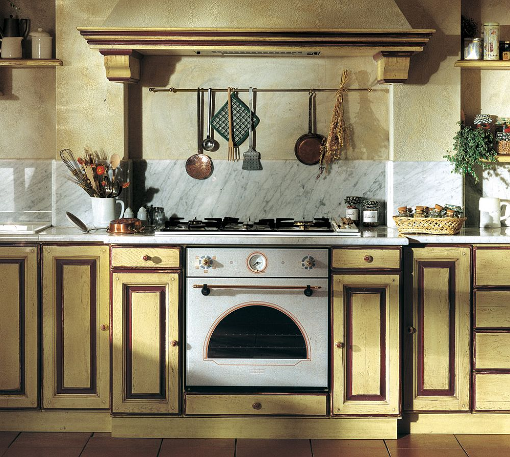 Светлый деревянный гарнитур на кухне