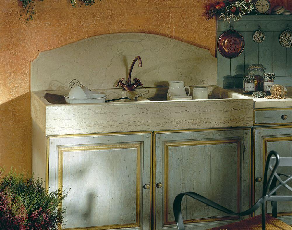 Белая мраморная раковина в интерьере кухни