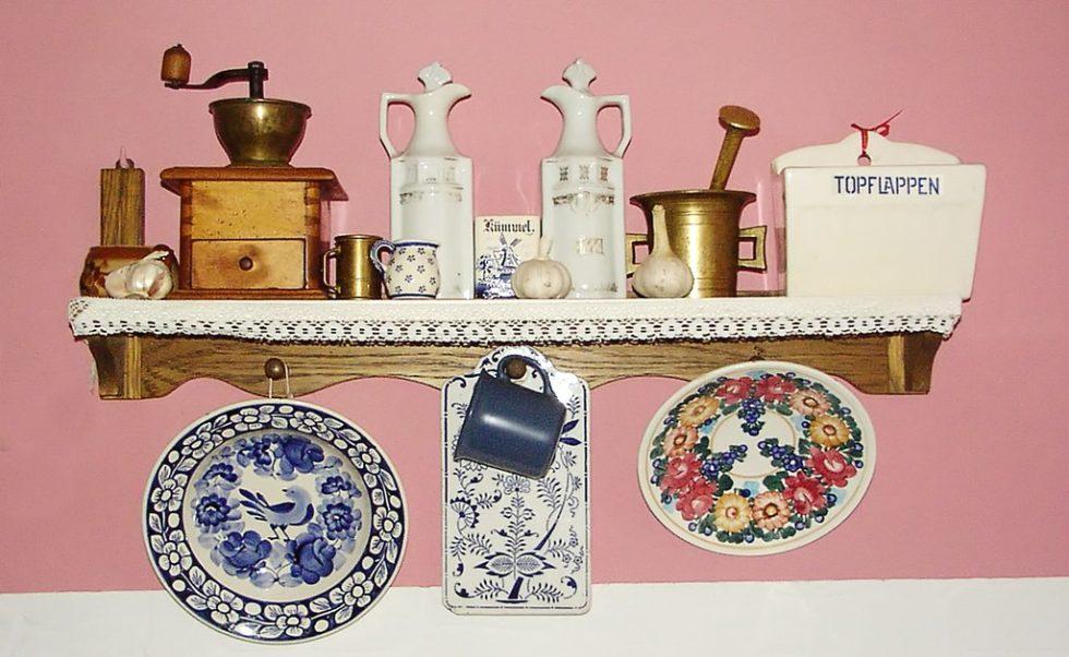 Стили дизайна кухни: декоративная посуда на полке