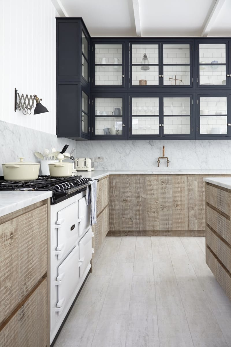 Кухня белая и серая в дуэте с еле отзеркаливающим стеклом – интригующий шаг в бесконечность