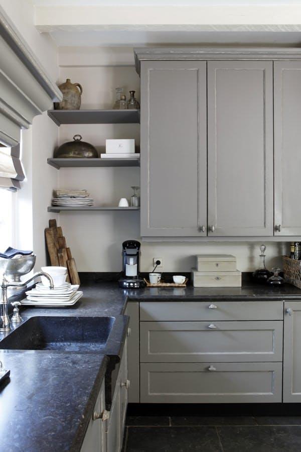 Дизайн кухни белой и серой, проверенный временем