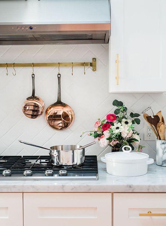 У этой отделки кухни белой и серой много интересных и неожиданных способов применения
