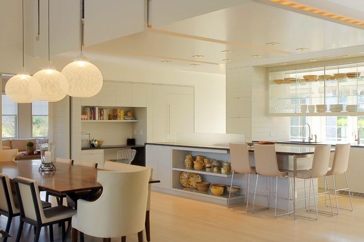 Стильный кухонный остров с открытыми полками в интерьере - Фото 28