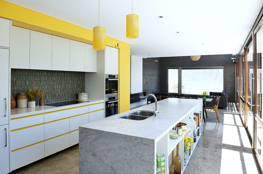 Стильный кухонный остров с открытыми полками в интерьере - Фото 29