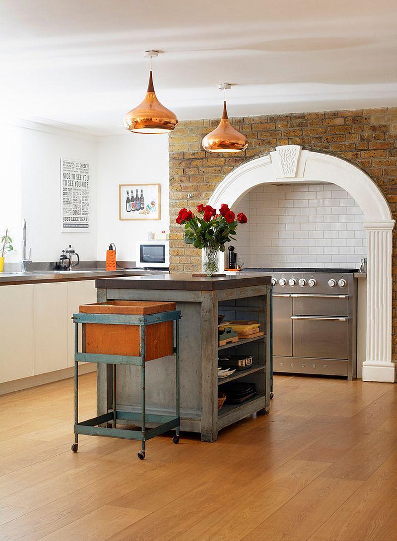 Стильный кухонный остров с открытыми полками в интерьере - Фото 35