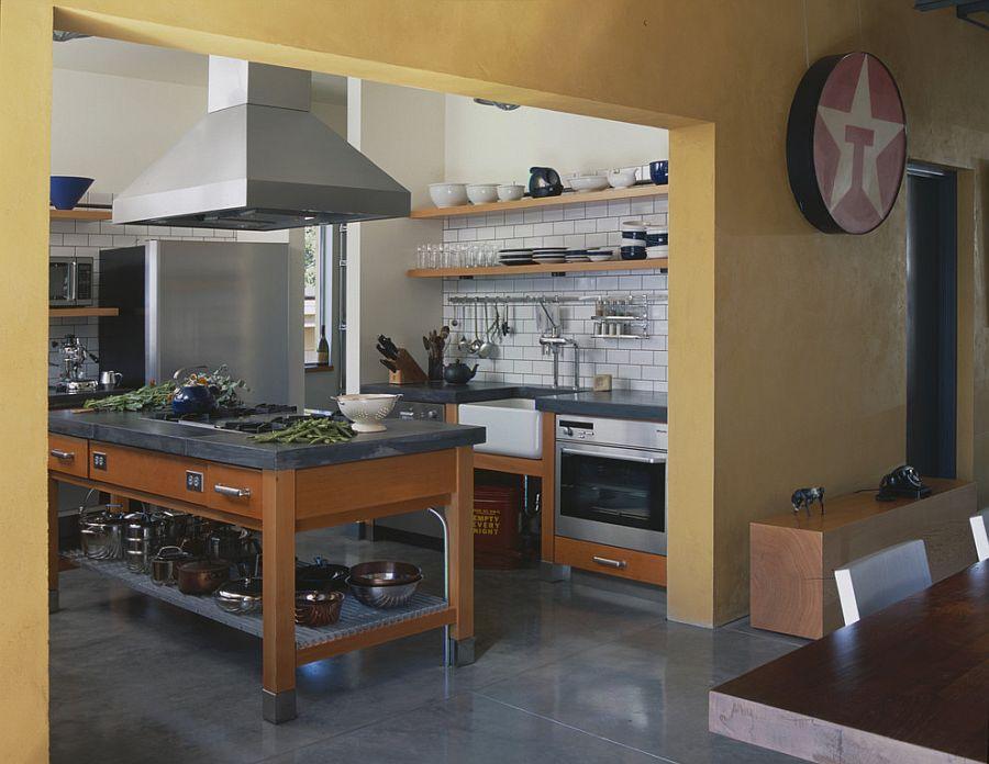 Стильный кухонный остров с открытыми полками в интерьере - Фото 38