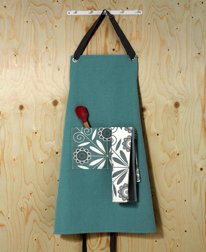 Стильные аксессуары для интерьера кухни: бирюзовый фартук с карманом