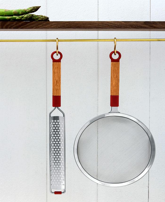 Стильные аксессуары для интерьера кухни: полка для утвари