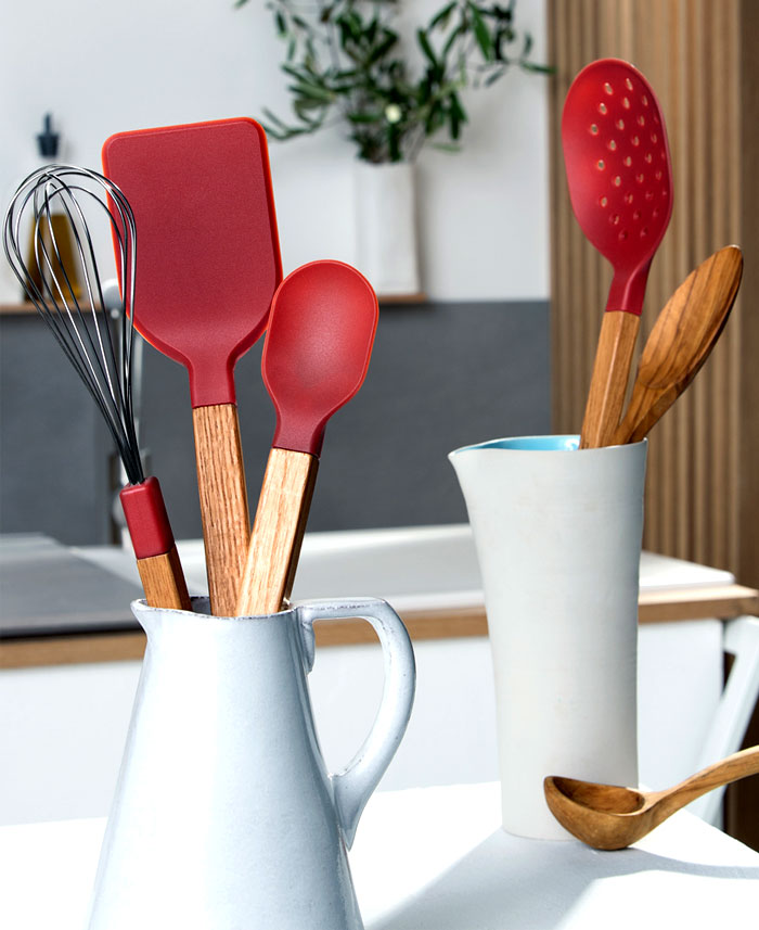 Стильные аксессуары для интерьера кухни: красные силиконовые лопатки