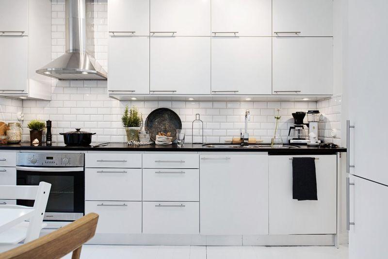 Практичные кухни: сочетание белого и чёрного