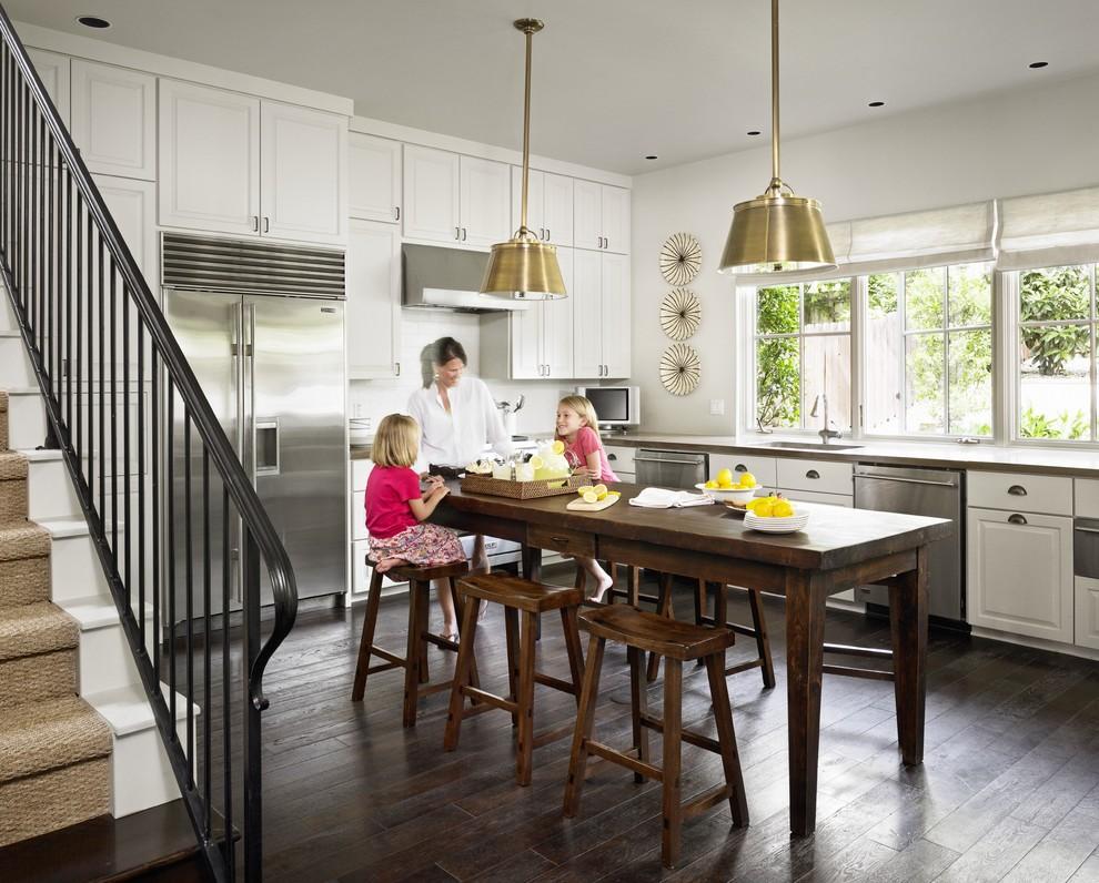 Стол островной кухонный тёмного цвета в интерьере