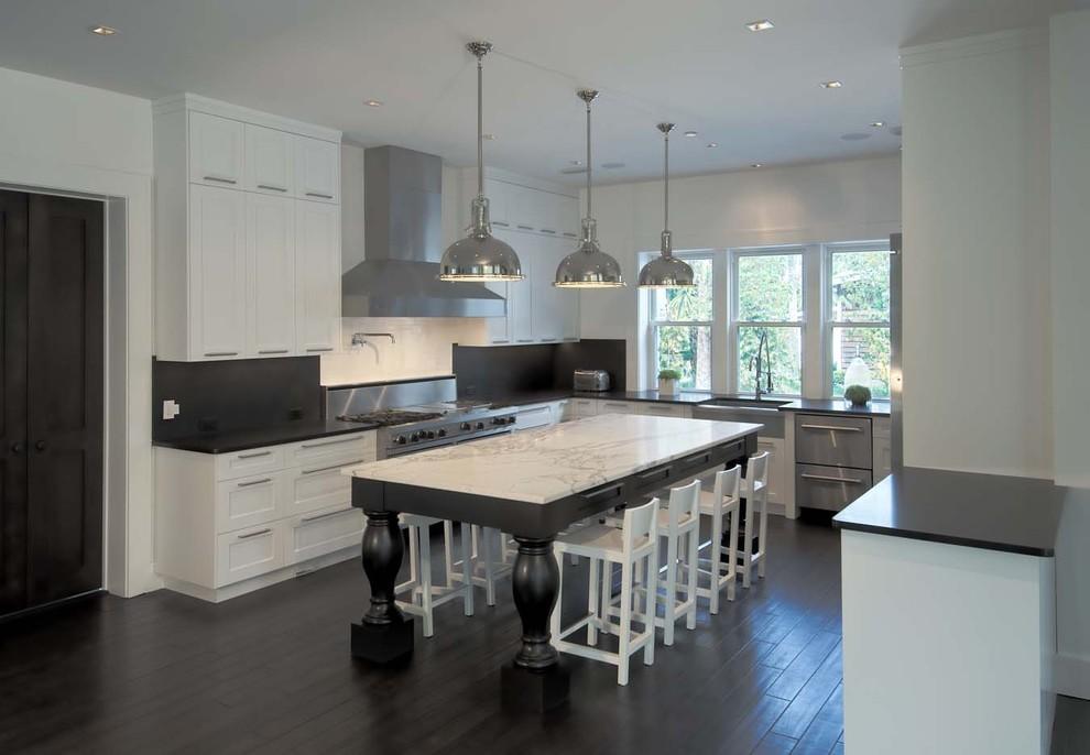 Белая мраморная столешница островного стола в интерьере кухни
