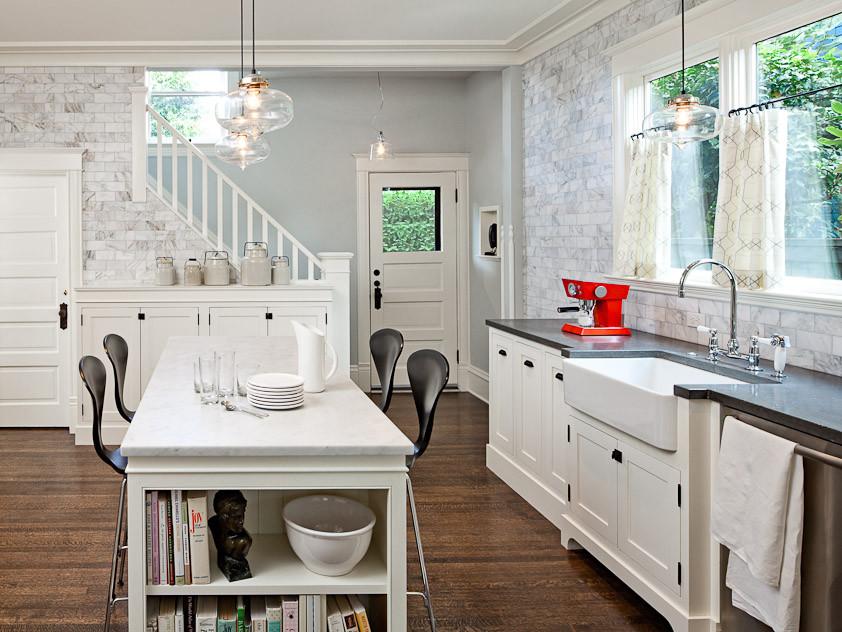 Белый островной стол в интерьере кухни