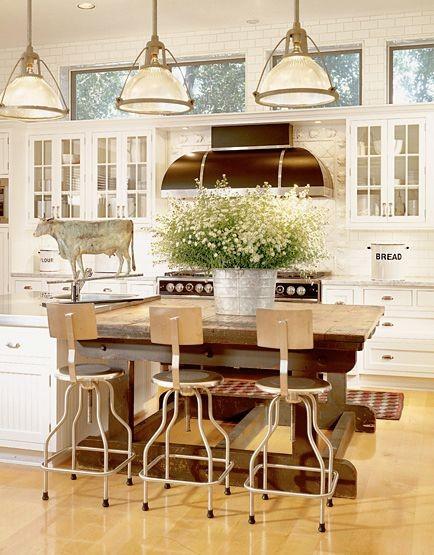 Массивный деревянный стол в интерьере кухни