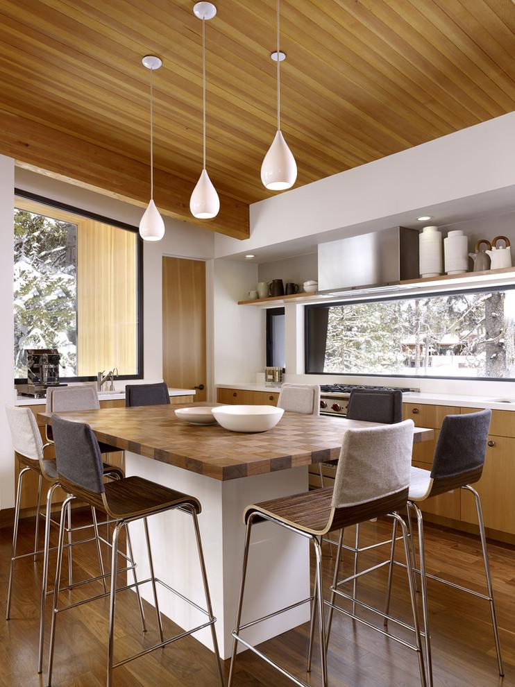 Оригинальная столешница в виде шахматной доски в интерьере кухни