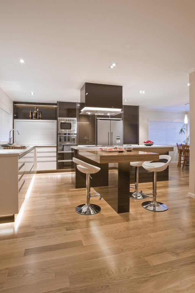 Глянцевый островной стол в интерьере кухни