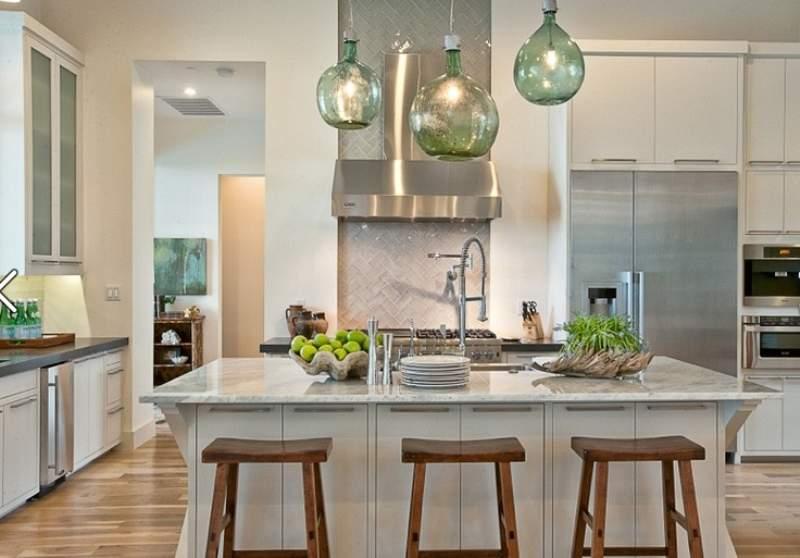 Оригинальные белые табуреты в интерьере кухни