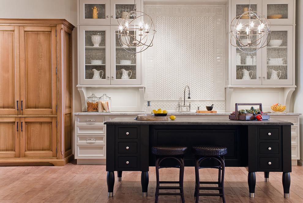 Чёрный островной стол с ящиками в интерьере кухни