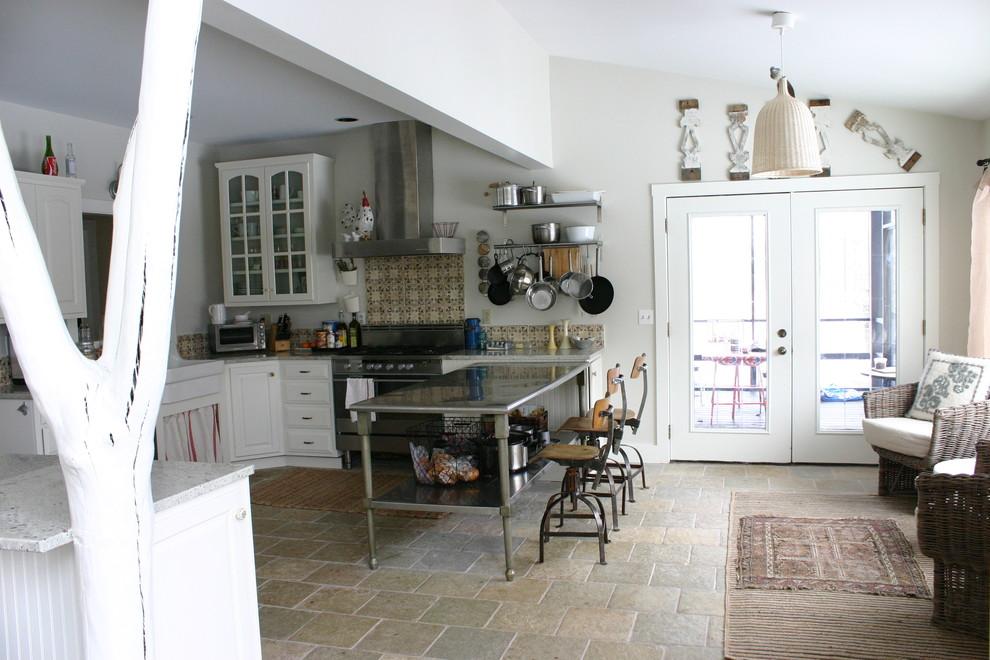 Островной стол с металлическим каркасом в интерьере кухни