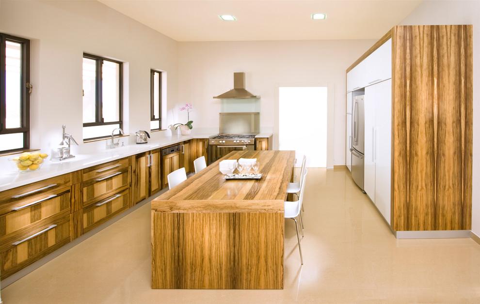Большой островной стол из дерева в интерьере кухни
