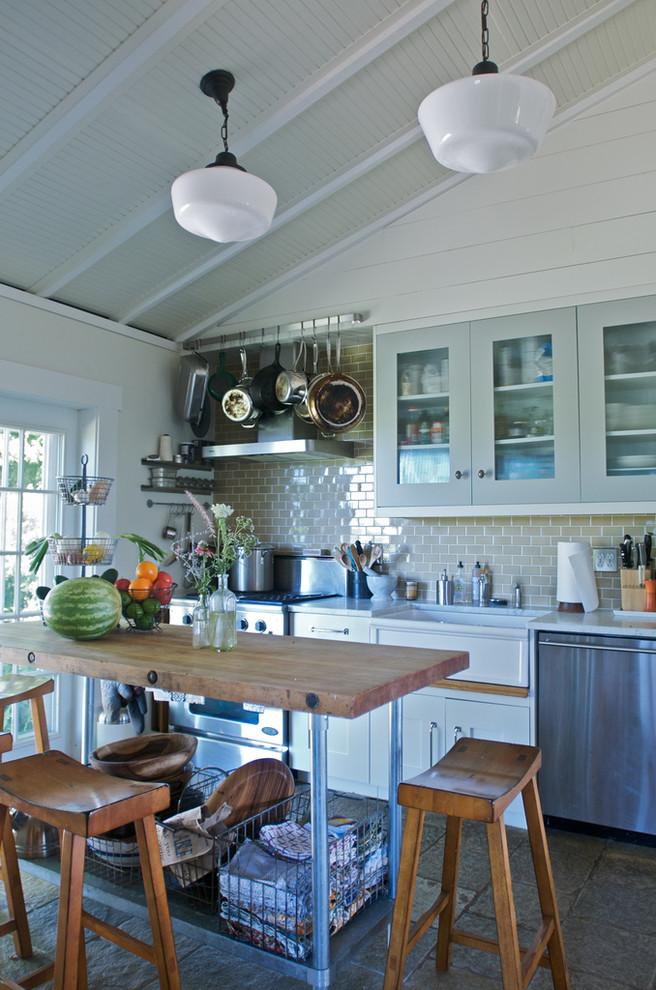Островной стол в интерьере маленькой кухни