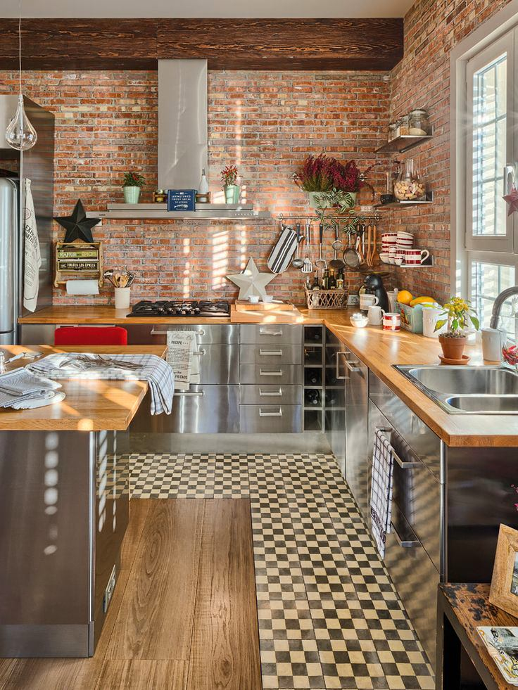 Кухня с красной кирпичной стеной