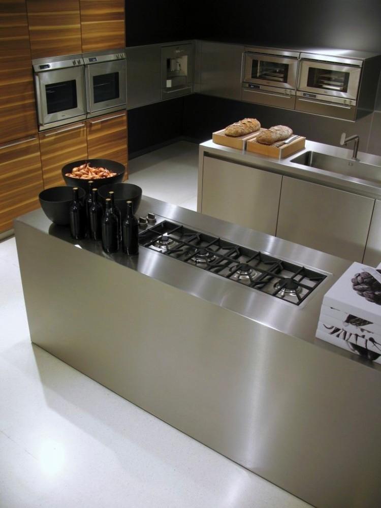 Современная кухня со встроенной бытовой техникой