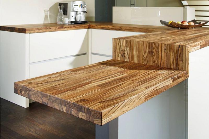 Деревянная столешница в сочетании с белой кухней